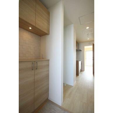 ◆玄関◆吊戸棚付きのシューズボックスで、たくさん靴が収納できます!ダウンライトも付いており、オシャレ