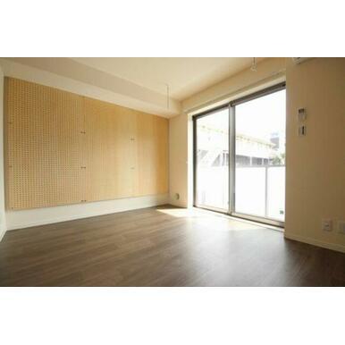 ◆洋室(6.9帖)◆窓側にある室内物干しかけは雨や花粉が気になる季節に重宝します☆