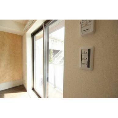 ◆洋室(6.9帖)◆電動シャッターはボタン一つで開閉が楽チンです!