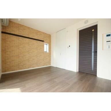 ◆洋室(6.9帖)◆アクセントクロスがオシャレな雰囲気です♪写真中央の扉にはウォークインクローゼット