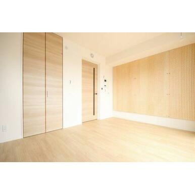 ◆洋室(6.9帖)◆写真左側の扉にはウォークインクローゼットがございます!