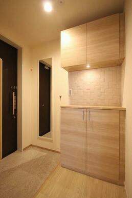 ◆玄関◆シューズボックス+全身ミラー+ワンキーツーロック。