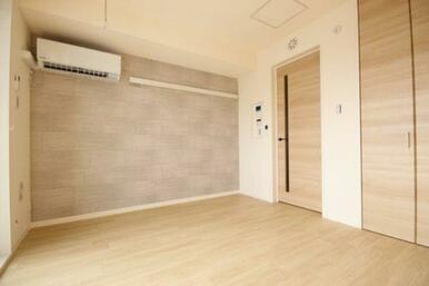 ◆洋室◆おしゃれなアクセントクロス+ナチュラルな色の建具と床材で落ち着きます。
