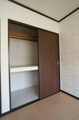 【収納】洋室①の収納にはハンガーを掛けられるパイプを設置!段で仕切っているので効率良く収納できます!