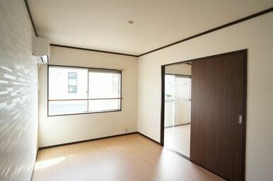 【洋室①】こちらの洋室にはエアコン設置済み!壁にはアクセントクロスを採用してオシャレに演出♪