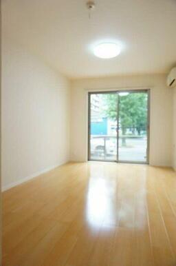 【洋室】8.4帖の洋室です。エアコンを1台設置しております。