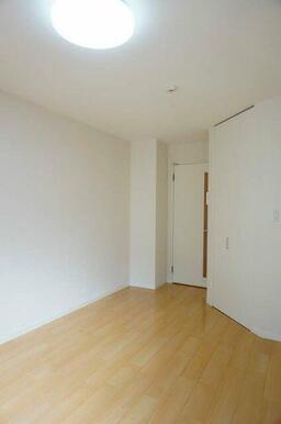 【洋室】床はフローリングとなります。