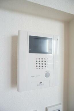 【インターフォン】来訪者と受話器にて会話が出来ます。玄関先まで行かずに来客対応が出来ますので、防犯対