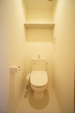 【トイレ】多機能便座付のトイレです!冬は暖かく利用できますね☆備付けのペーパーホルダーや、上部に棚も