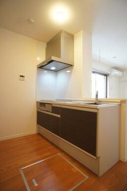【キッチン】IHコンロは3口有り☆魚焼きグリルもございます!床下収納もございます♪