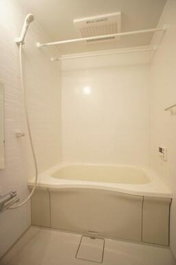 【浴室】浴室暖房乾燥機付きなので雨の日でも洗濯物が乾かせます。物干し、鏡、シャンプー等を置く台も付い