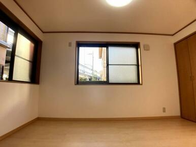 1階洋室二面採光