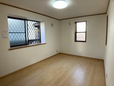 1階前面道路側洋室