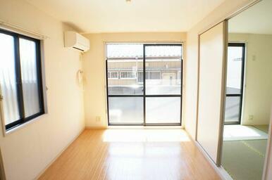 5.4帖の洋室です♪エアコンが一台備え付き♪角部屋のため東側にも窓があります。