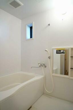 浴室になります♪換気扇&小窓が付いているので、湿気が籠りにくくなっております♪