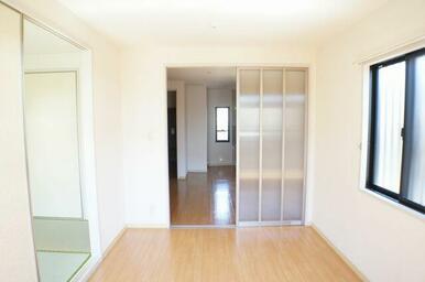 5.4帖の洋室はダイニングと和室と空間が繋がっておりますので、実際の帖数以上に広く感じます♪