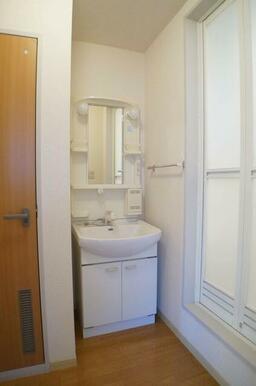 洗面所には忙しい朝の見方、シャンプードレッサー付き♪洗髪もラクラク行えます♪