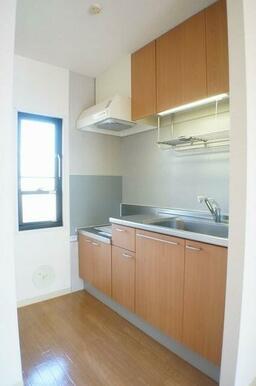 キッチンは段落ち型のシステムキッチン仕様♪小窓が付いているのでキッチンが明るい印象となっております♪