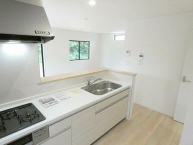 白を基調とした清潔感あふれるキッチンです