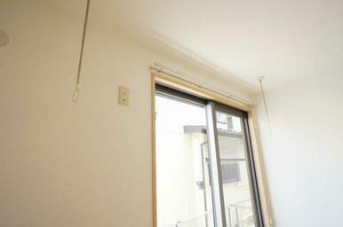 ◆洋室(5.9帖)◆室内物干しかけがあるので、雨や花粉が気になる季節に重宝します☆