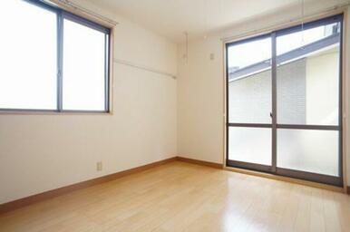 ◆洋室(5.9帖)◆窓も大きく、光が差し込む明るいお部屋です♪
