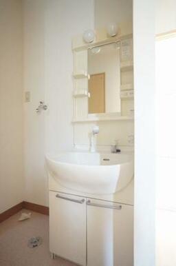 ◆洗面所◆洗髪洗面化粧台はシャワー付きで、忙しい朝にもシャンプーができちゃいます☆