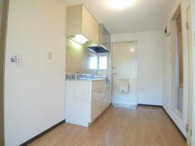 キッチン部分☆左が洗濯機置場です(いざという時に安心のオートストッパー機能付き水栓)
