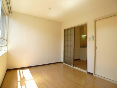 明るい洋室☆右奥がキッチン部分です