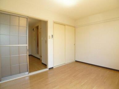洋室☆右の壁面に化粧幕板あり◎左が間仕切り・右が収納の戸