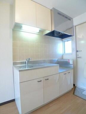 キッチンセット☆シングルレバー水栓◎小窓があり明るいキッチンです♪