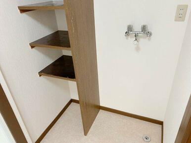 洗濯機置き場。横に棚があり便利ですね!