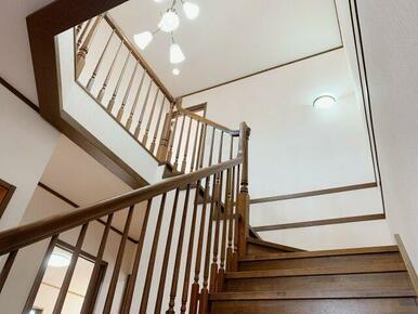 階段ホールも高級感があります!