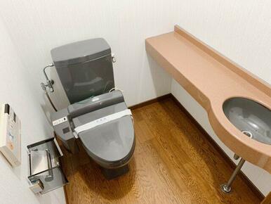 1階カウンター手洗い付きのトイレ