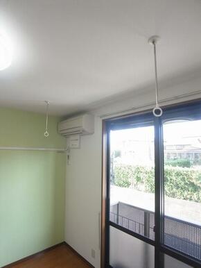 【室内物干】天井吊り下げの室内物干しです♪長さの調節が出来ます♪使わない時は取り外す事も可能です☆
