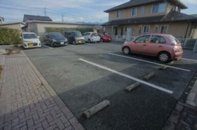 駐車場はアパートの目の前にございます♪