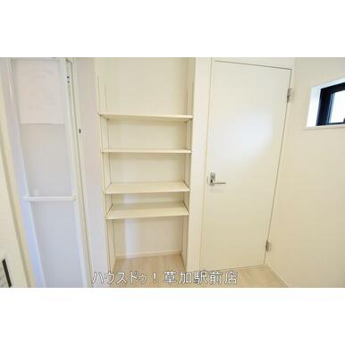 洗面台と反対側に収納棚があるので、物が多いご家庭でも収納上手に♪