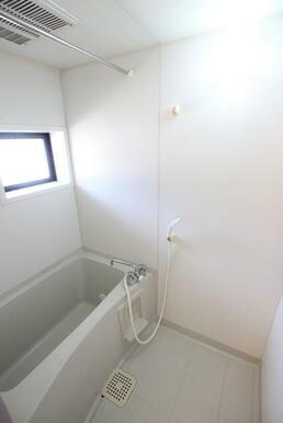 浴室にも窓があります♪