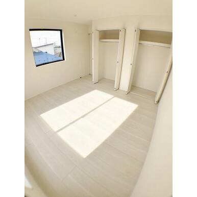 (洋室)日当たりの良い三階洋室は収納も豊富。