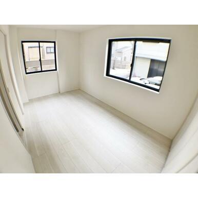 (洋室)どんなインテリアにも合いそうな白を基調とした室内。クローゼット付。
