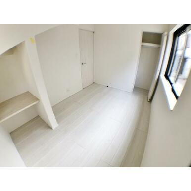 (洋室) 本やカバンの収納、インテリアとしても使いやすいカウンターが付いた洋室。