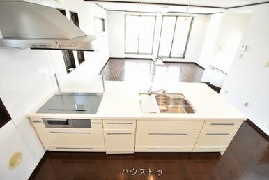 キッチンは対面式!作業台のスペースもしっかり確保!食材を並べても作業できそう(*^▽^*)お子様と…