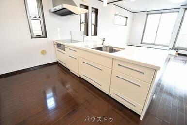 キッチン幅もしっかり確保!冷蔵庫を置いてもスムーズにお料理が出来ちゃいます(^^♪収納もたっぷりあ…
