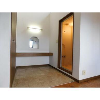 2階主寝室の室内にシャワールームが併設されたお洒落な空間です
