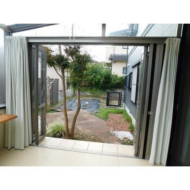 ガーデンルームから直接繋がるお手入れ良好な綺麗なお庭です