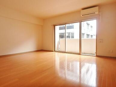 エアコン完備で17.2帖の日当たりのいい広々とした洋室