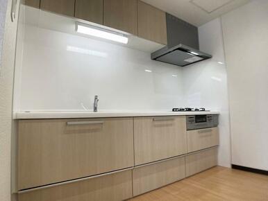 「キッチン」新品に交換済みです。スライド式の棚で押し引きも楽々な仕様となっております。
