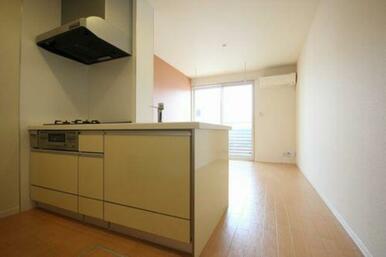 ◆LDK(10.0帖)◆対面キッチンなので、テレビを見ながら料理をすることもできます♪