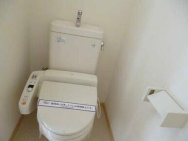 暖房洗浄便座付きのトイレです。温かい便座はついつい長居をしてしまいそうです