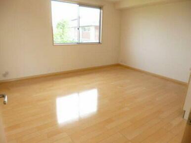 明るい光が差し込むお部屋でひなたぼっこも寛げます。
