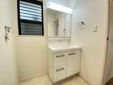 【洗面室】大きくて見やすい3面鏡、その場で洗髪可能なシャワー付の洗面台!